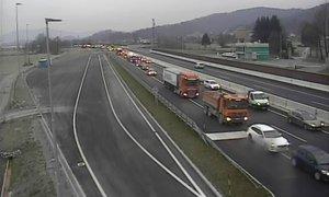 Na primorski avtocesti trčila štiri vozila, nastal 15-kilometrski zastoj