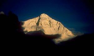 Taljenje ledenikov na Mount Everestu odkriva vse več trupel