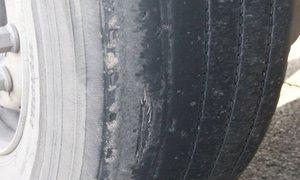 36-letnik vozil tovornjak z izrabljenimi pnevmatikami