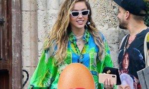 Miley z zabavno fotografijo zanikala govorice o nosečnosti