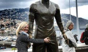 Ker ženske Ronaldov kip ves čas grabijo, je dobil 'zlato mednožje'