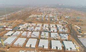 Na Kitajskem gradijo ogromen karantenski center, tja bodo preselili več vasi