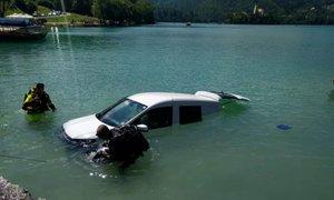 Vozilo, ki je pristalo v Blejskem jezeru, pred tem povozilo kopalko
