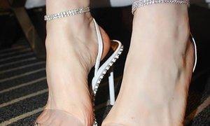 Dolgi nohti na nogah so trend poletja