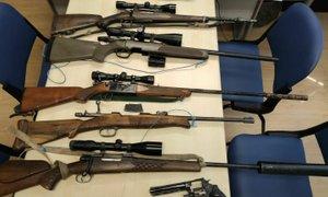 Policisti v dveh hišnih preiskavah našli prepovedano orožje in droge