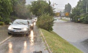 Neurje v Ljubljani: voda zalivala kletne prostore in garaže, veter podiral ...