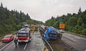 Tovornjak po trčenju z osebnim vozilom prebil sredinsko ograjo in se prevrnil