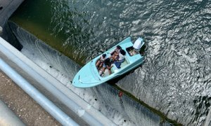 Teksaška policija z roba jezu uspešno rešila čoln s štirimi osebami