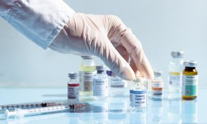 V petek potrdili 84 novih primerov, od ponedeljka možna izbira cepiva