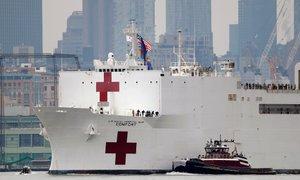 V New York na pomoč prispela vojaška ladja, spremenjena v bolnišnico
