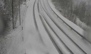 Dele Slovenije je zajelo močnejše sneženje, zaradi vetra nastajajo zameti