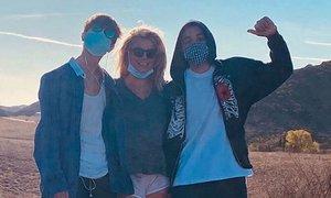 Britney Spears v objemu sinov: To je noro, kako čas beži