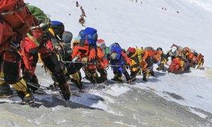 Po smrtonosni sezoni na Mount Everest le še izkušeni alpinisti