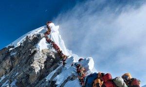 Zaradi gneče na najvišji gori sveta umrli trije alpinisti