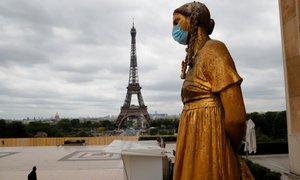 Francija s petkom v popolno zaprtje države, Nemčija želi z delnim rešiti božič