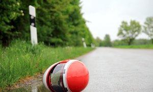 Motorist padel v obcestno grapo in podlegel poškodbam