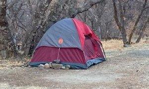 Pet mesecev pogrešano žensko našli živo v šotoru v kanjonu