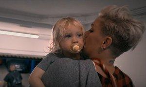 Pink z napovednikom dokumentarca do solz ganila oboževalce