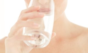 6 stvari, ki se zgodijo, če spijete vodo na prazen želodec