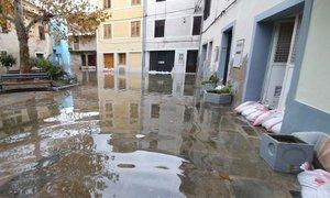 Huda ura nad Obalo: soline skoraj v celoti poplavljene, v Piranu voda do pasu