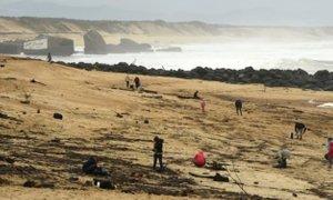 Na francosko obalo naplavilo že več kot tono kokaina, policija odganja iskalce ...