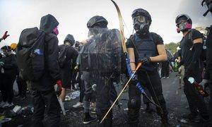 Po novih spopadih med policijo in protestniki v Hongkongu okrepljene varnostne ...
