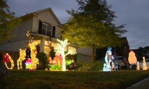 Zakonca morata s hiše umakniti božične okraske, ker je še prezgodaj