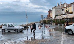 Po večernih poplavah naj bi gladina morja spet presegla 360 centimetrov