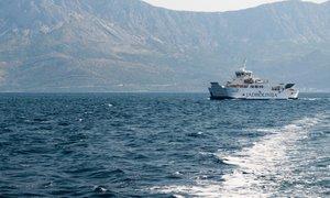Rekordni valovi in plima: trajekt se je za las izognil trku v pomol