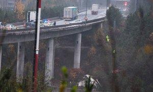 Nesrečo povzročil voznik osebnega vozila, voznik tovornjaka zgrmel 20 metrov ...