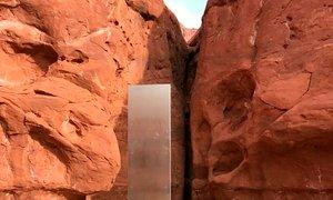 Med poletom s helikopterjem globoko v puščavi odkrili skrivnosten monolit
