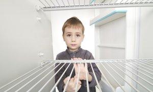 Številne družine s praznim hladilnikom, skladišča humanitarnih organizacij se ...