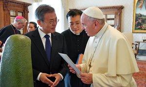 Bo papež sprejel Kimovo vabilo?
