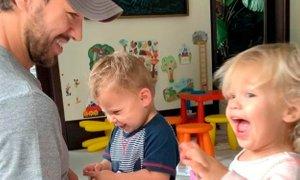 Dvojčka Enriqueja Iglesiasa se očetu smejita na ves glas