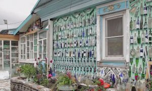 Turistična atrakcija: hiša, zgrajena iz steklenic