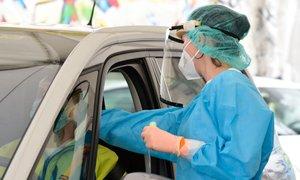 Neuradno: V ponedeljek ob 5868 testih potrdili 1292 novih okužb