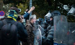 Na protestu poškodovano policijsko vozilo, pridržali 17 oseb