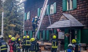 Gasilska vaja pri planinski koči: pred požarom rešili Dom pod Storžičem