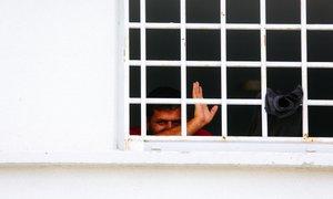 MNZ tujce neutemeljeno zapira in odvrača od prošenj za azil