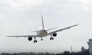 Dramatičen posnetek poskusa pristanka francoskega letala