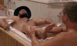 Denis in Luka skupaj v kopalni kadi