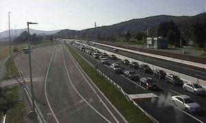 Na primorski cesti proti Ljubljani večkilometrski zastoj zaradi nesreče