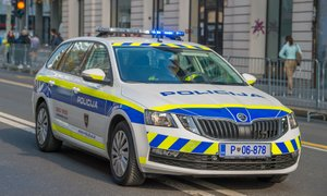 Policija išče tri moške, ki so v petek v Ljubljani oropali dve prodajalni