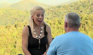 Prstan za Jacqueline že na prvem zmenku, Sandi je šel na kolena