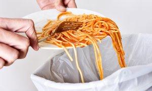 Prebivalci Slovenije lani zavrgli še več hrane kot leto prej