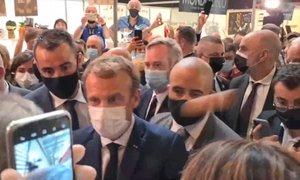 V francoskega predsednika priletelo jajce