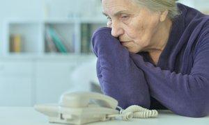 Telefonska linija za osamljene starostnike: 'Njihove izpovedi so dragocene'