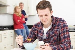 Hotel mama: Slovenci vse dlje živimo pri starših