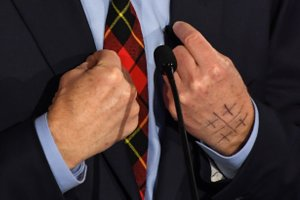 Kaj pomeni skrivnostni simbol na roki milijarderja?