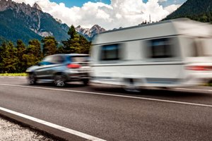 Vzvratna vožnja s počitniško prikolico in druge pasti vleke